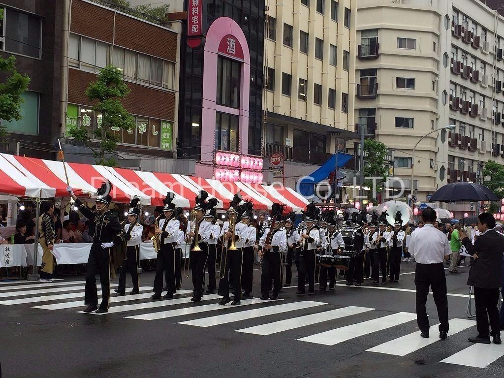 十文字高校ブラスバンド部の演奏が東京大塚阿波おどりに彩りを加えていました。
