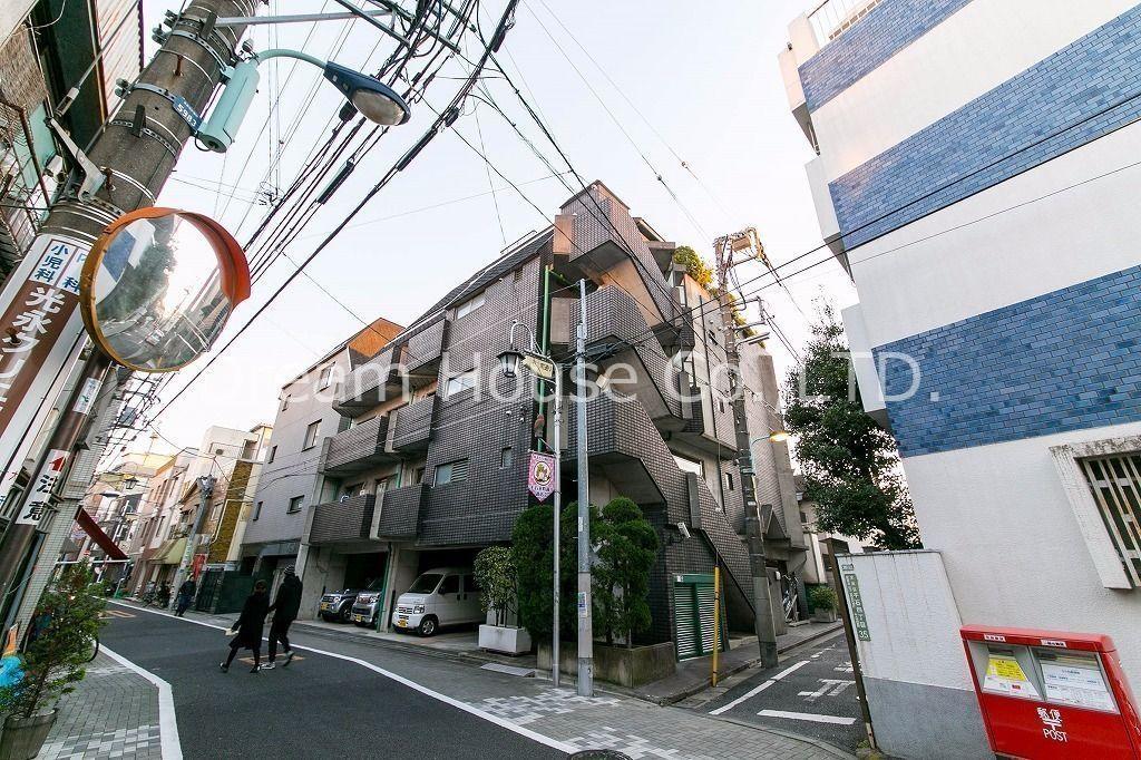 昔ながらの商店街が残っている千石エリアは都心に位置していて、暮らしやすさと利便性が整った文京区の穴場スポットです。 表紙