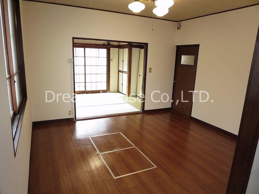 千石一丁目の貸家です。ちょっと古いけど逆にいい雰囲気を出しています。味わいのある戸建てや古くても安くて部屋数があれば良いと言うお客様にはぴったりです。