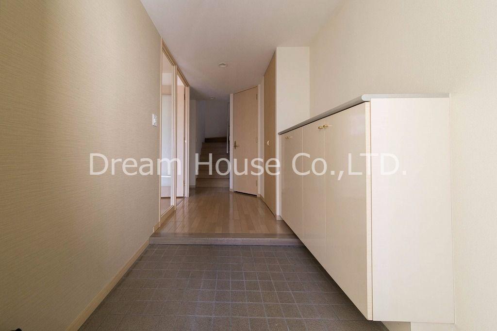 ゆったりした玄関はお客様を迎えるのに充分な広さを備えています。