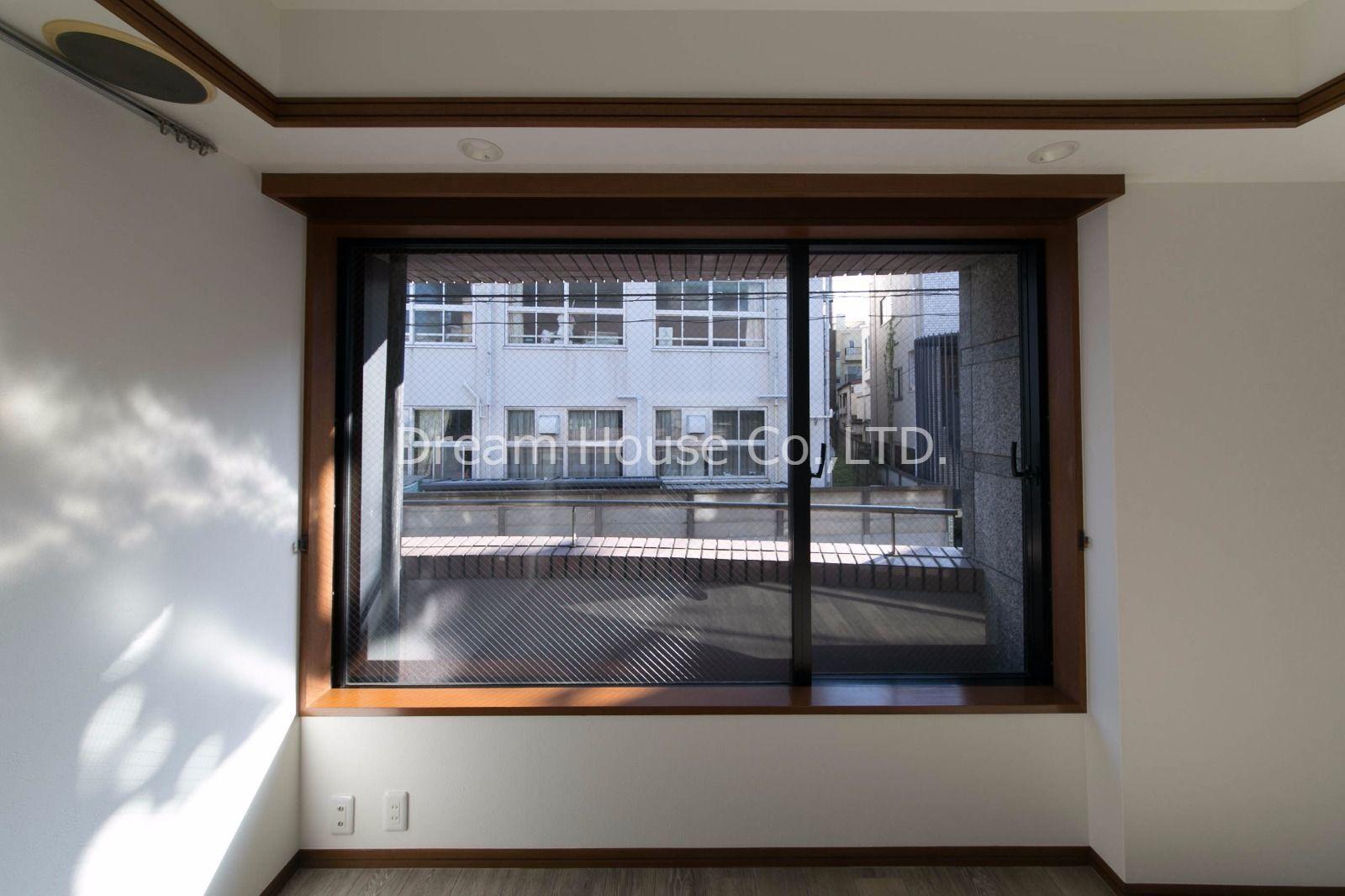 ワイドな窓が広がるリビングルームです
