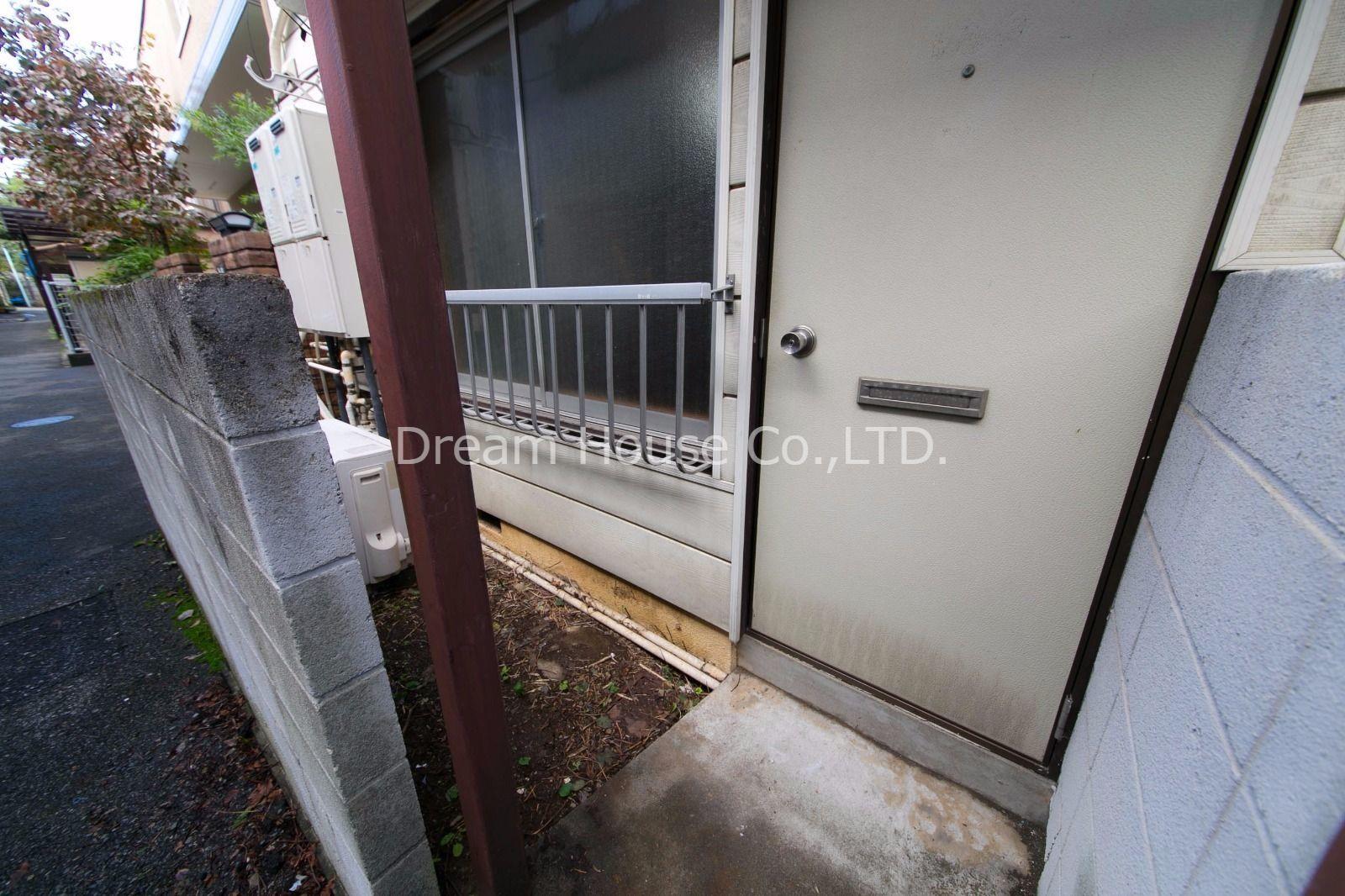 郵便ポストを兼ねる玄関ドア