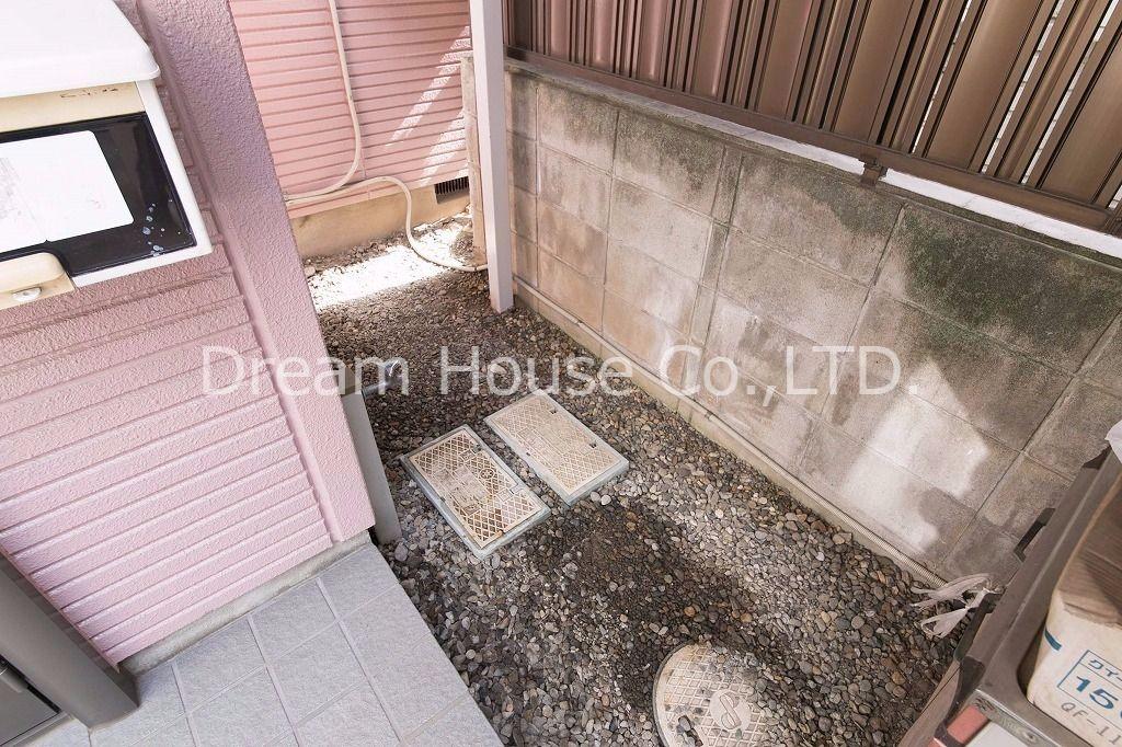 丸ノ内線茗荷谷駅の賃貸貸家。玄関前ポーチに水栓完備でちょっとした洗物にも対応できます。