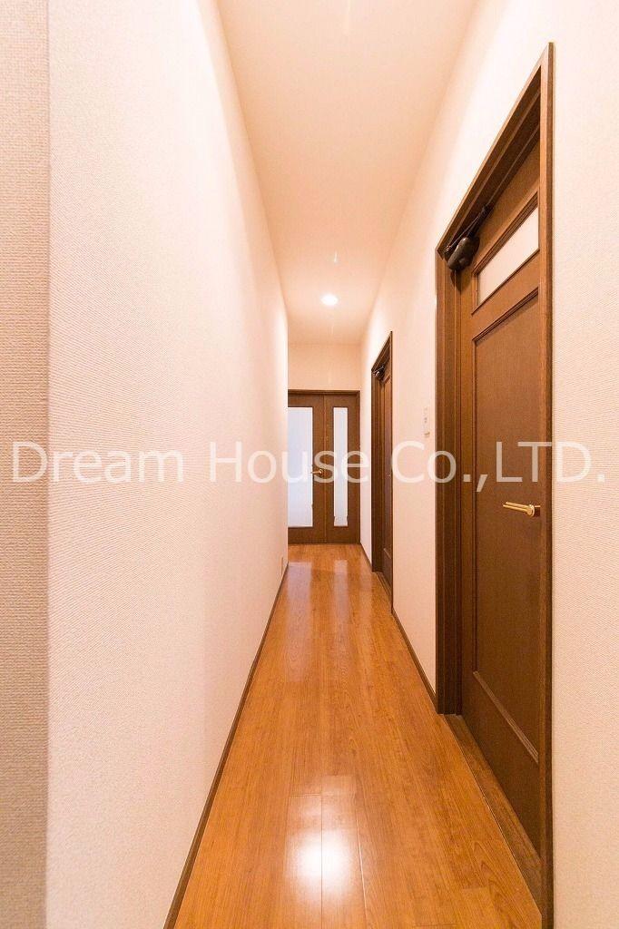 リビングと和室につながる廊下。部屋はバリアフリー化しているので段差が少ない仕様になっています。