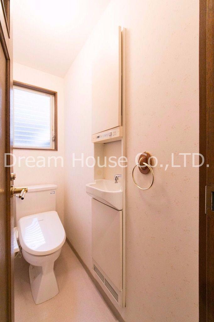 トイレに手すりも付いていて足が不自由にはとても親切な設備です。
