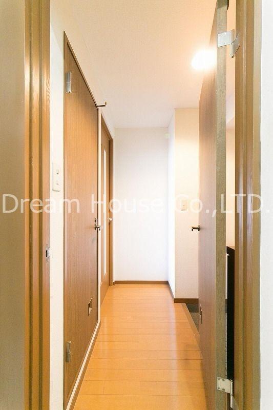 白山井口ビルの室内廊下。しっかり磨き上げられたフローリング