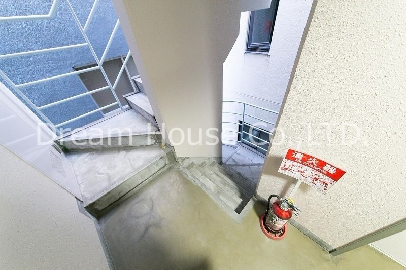 都営三田線白山駅の賃貸マンション。白山井口ビルの共用廊下。消火器も消費期限内のものを設置済み