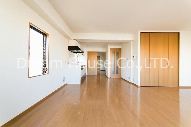 白山井口ビル501(白山駅5分の賃貸マンション)は、リビングに窓が4面もあるので部屋のどこに居ても日が差し込みます。