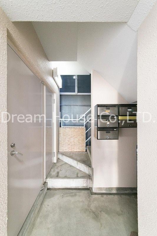 文京区白山1丁目【白山井口ビル】の非常階段。階段は幅も広く上がりやすいです。