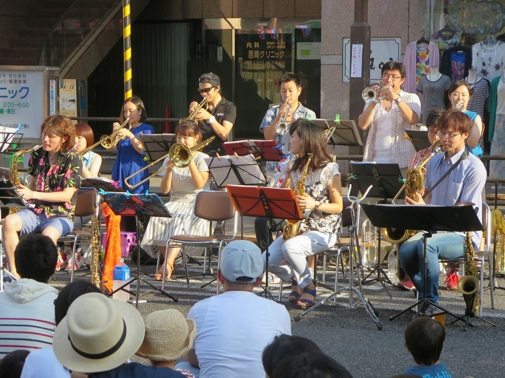 都営三田線白山駅で開催される白山まつりでバンド演奏
