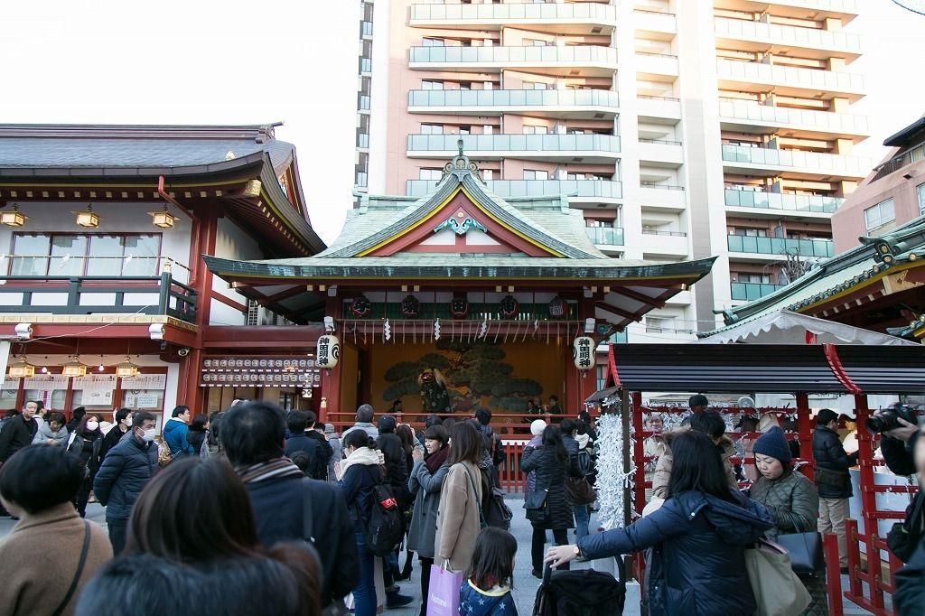 神田明神の神楽殿では獅子舞が舞っていました。獅子舞に頭を噛まれることで、人にとりついた邪気を食べてしまうといわれる縁起物と言われています。文京区不動産のドリームハウス