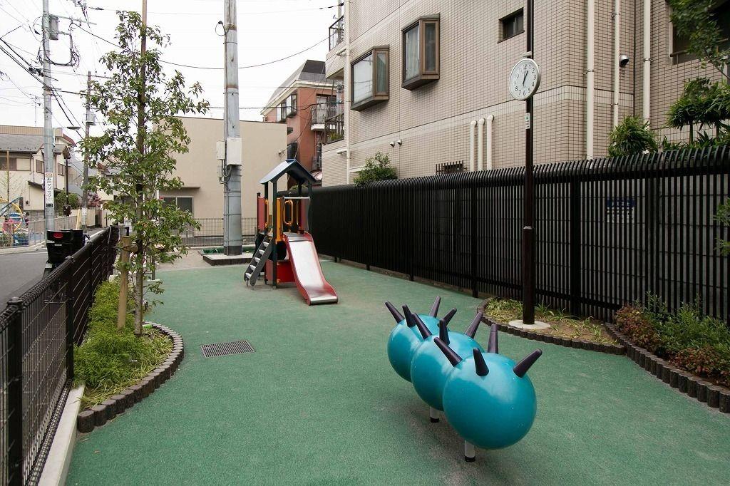 いもむし型のロッキング遊具で子供の前庭感覚を刺激する遊び体験ができます。文京区本郷の台町児童遊園リニューアル