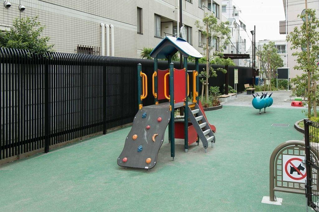 文京区本郷の台町児童遊園の幼児向けの滑り台。幼児でも上れるロッククライミングも付いているので子供の腕力強化に向いているかも。