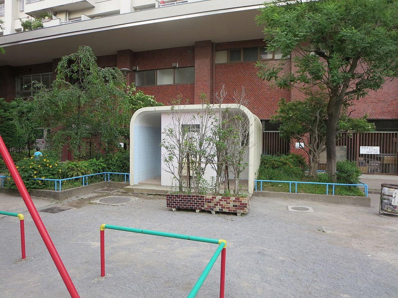 男女別に設置された神明都電車庫跡地公園内のトイレ。文京区賃貸不動産はドリームハウス