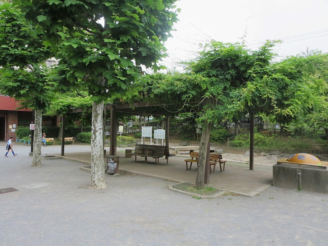 じゃぶじゃぶ池で遊んだら藤棚付きのベンチで休みましょう。文京区の公園・ファミリー向け賃貸不動産情報はドリームハウス