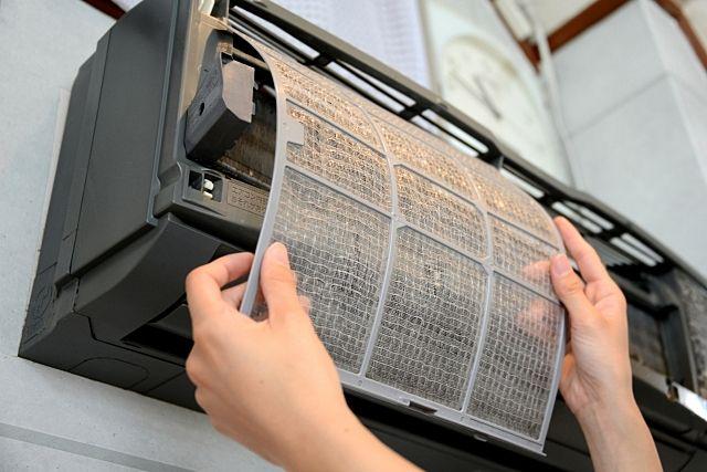 エアコン内部に埃やダニ、カビなど付着するので定期的な清掃を行いましょう。