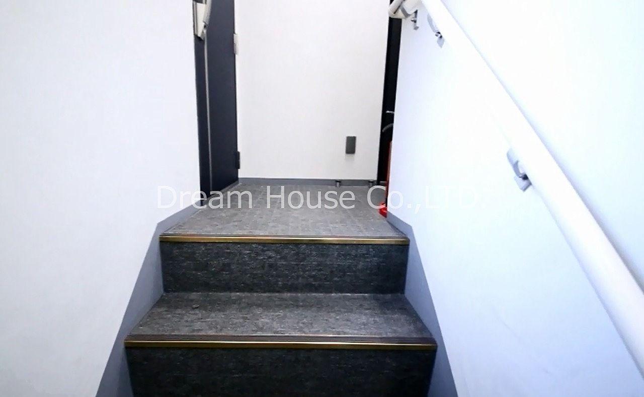 アマビーレ文京向丘の建物共用階段内部です。共用階段は少し狭いです。