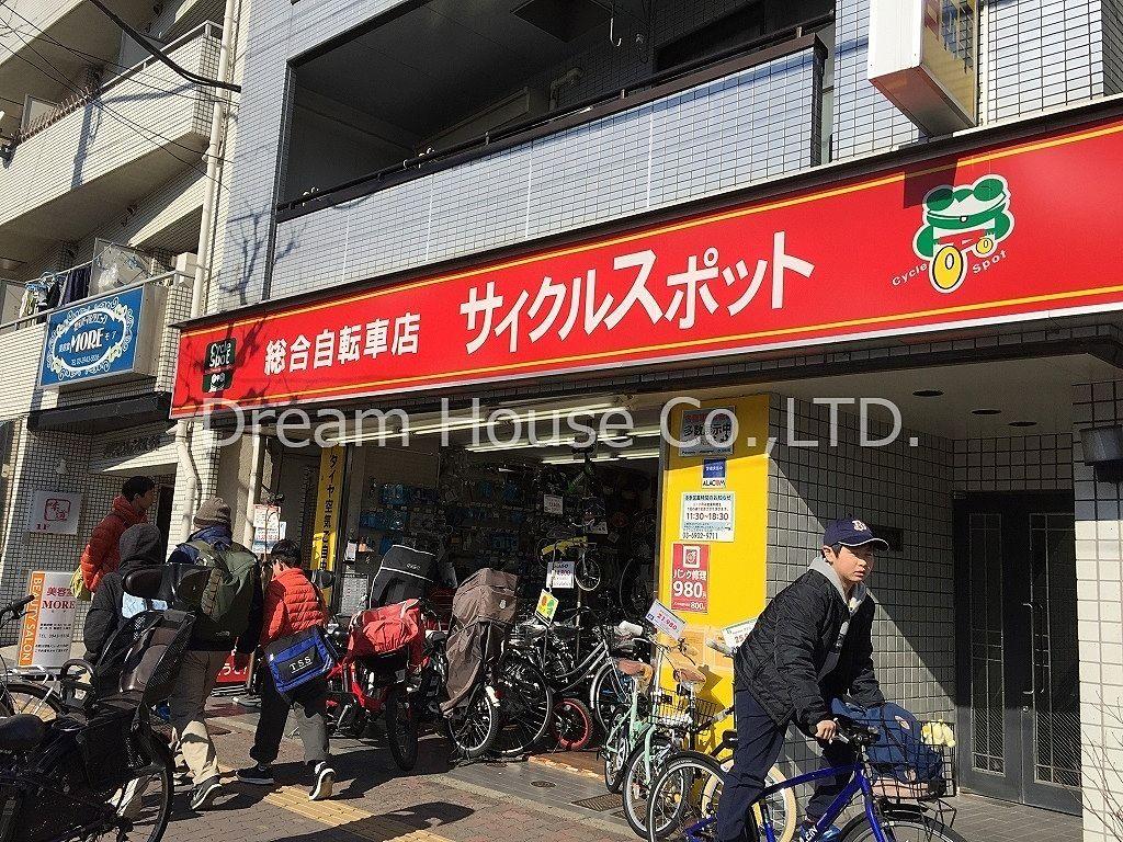 20時まで営業している三田線千石駅の自転車店。千石駅には他にも自転車屋さんもありますが、サイクルスポットさんは機械式空気入れを置いていて誰でも無料で使えます。(他店は空気入れを借りるのにお金を取るお店もあります。)店員さんも感じが良く他の自転車屋さんよりお勧めです。