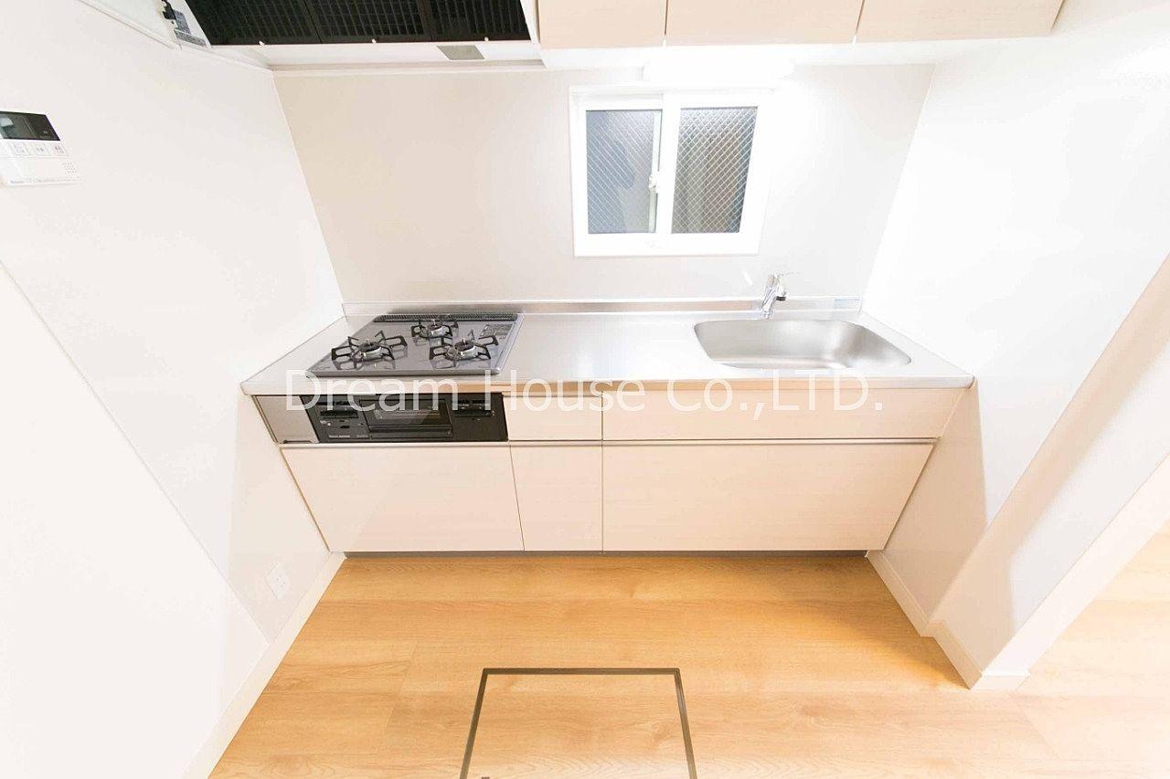 文京区本駒込3丁目の2LDK賃貸の貸家。システムキッチンには換気用の窓が付いています。