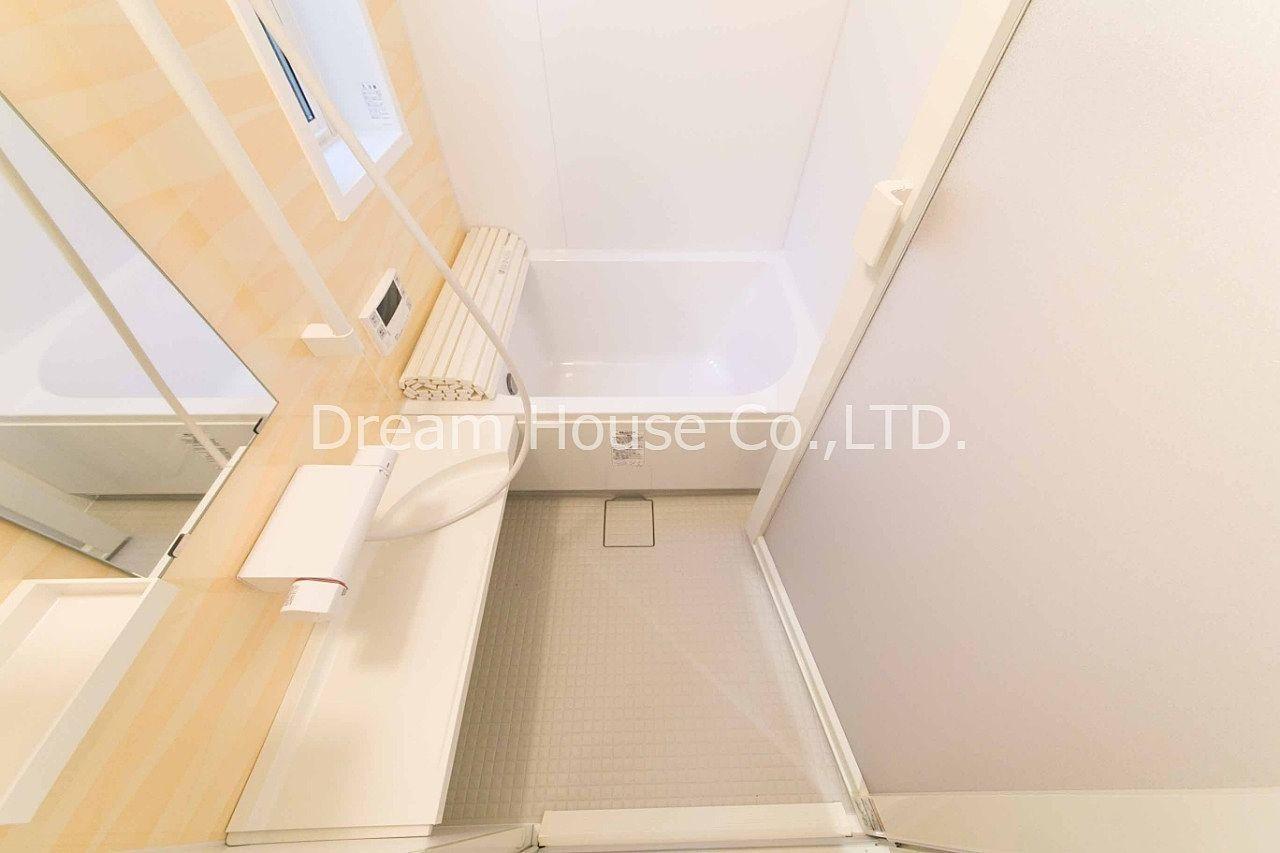 バスルームの床はキレイサーモ採用しています。文京区本駒込3丁目の貸家一戸建て賃貸22万円。駐車場有り。