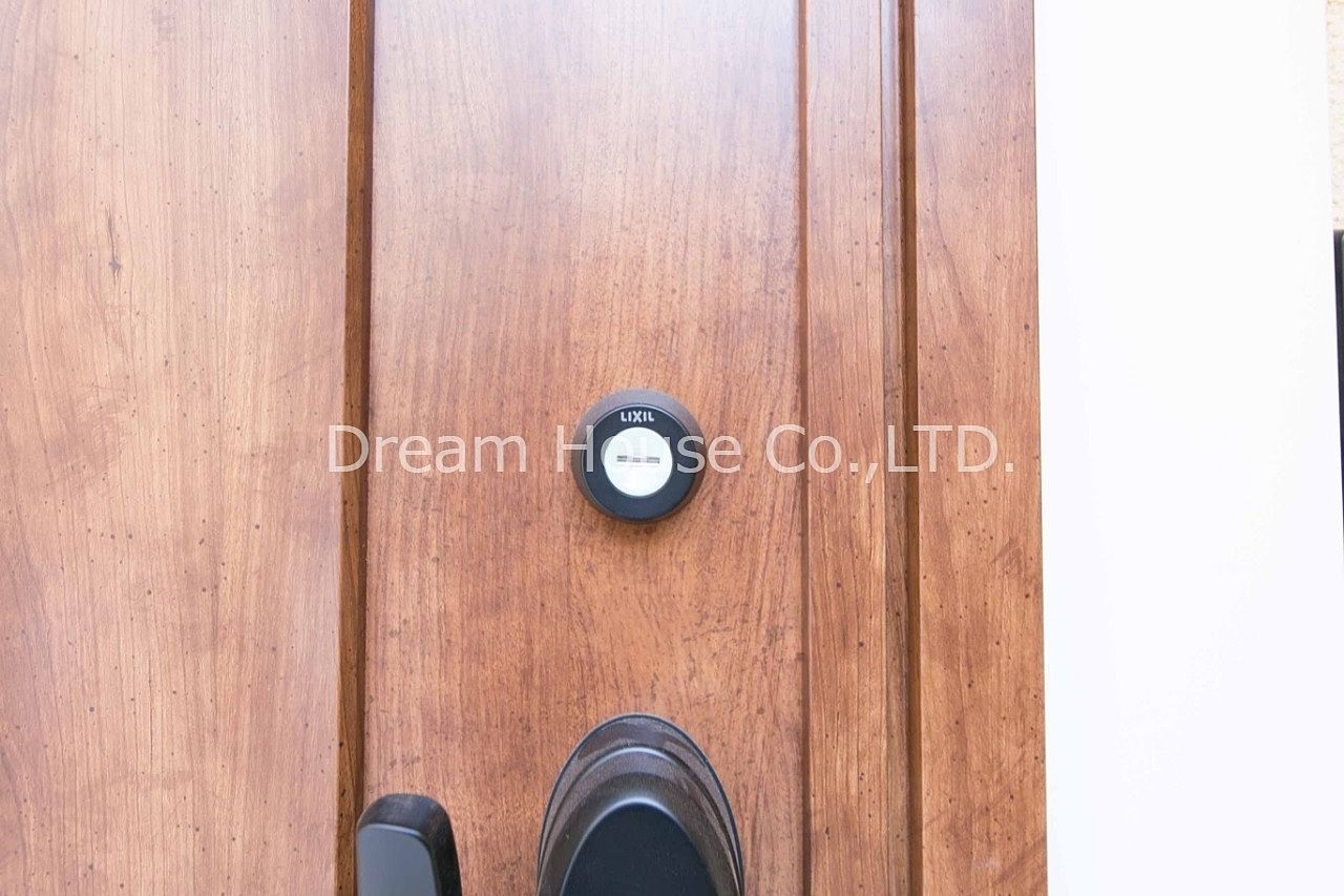 文京区で少ない戸建タイプの賃貸物件です。しかもリノベーションされている数少ない2LDK賃貸。トステム玄関ドアのシリンダー部は夜間に光るタイプのものを使っています。