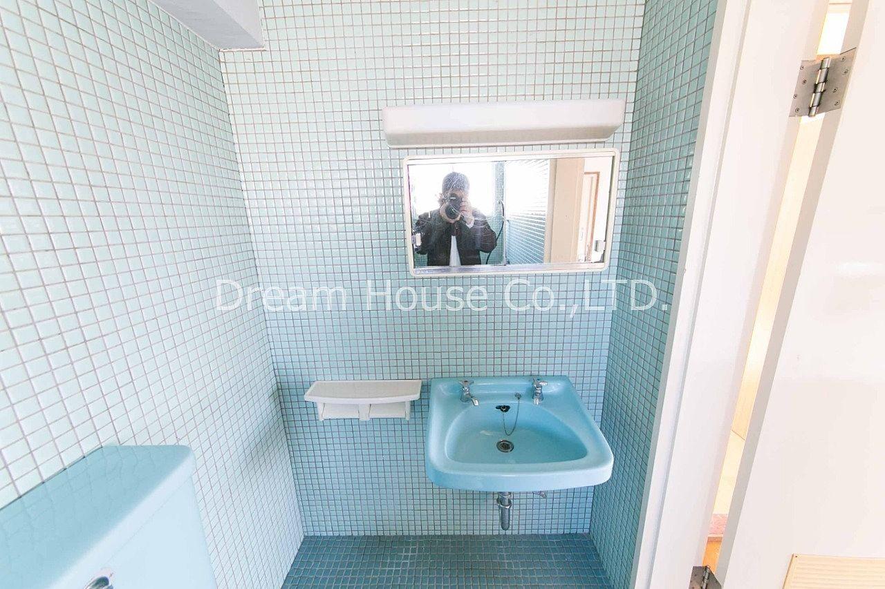 千石メーゾン浴室・トイレ内の洗面台は陶器タイプです。洗面台上の収納も付いて不便ありません。文京区千石エリア8万2dkは格安な物件です。
