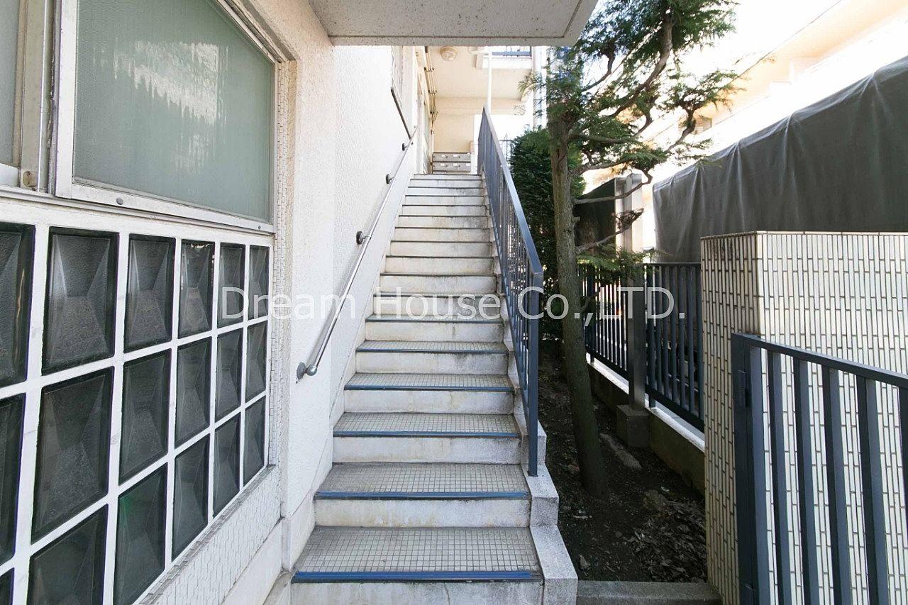 千石メーゾン。エレベーターは無く階段のみとなります。文京区千石2丁目の2Dkマンション。