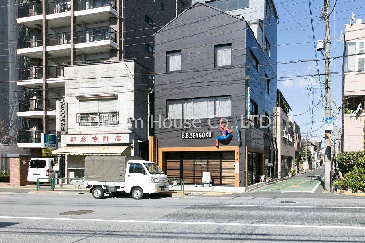 スパイダーマンのオブジェが印象的。東京・埼玉・神奈川の3県で4店舗展開している。千石駅エリアの老舗理容室。千石メーゾンからも徒歩8分です。キッズ、シニア、社会人歓迎。