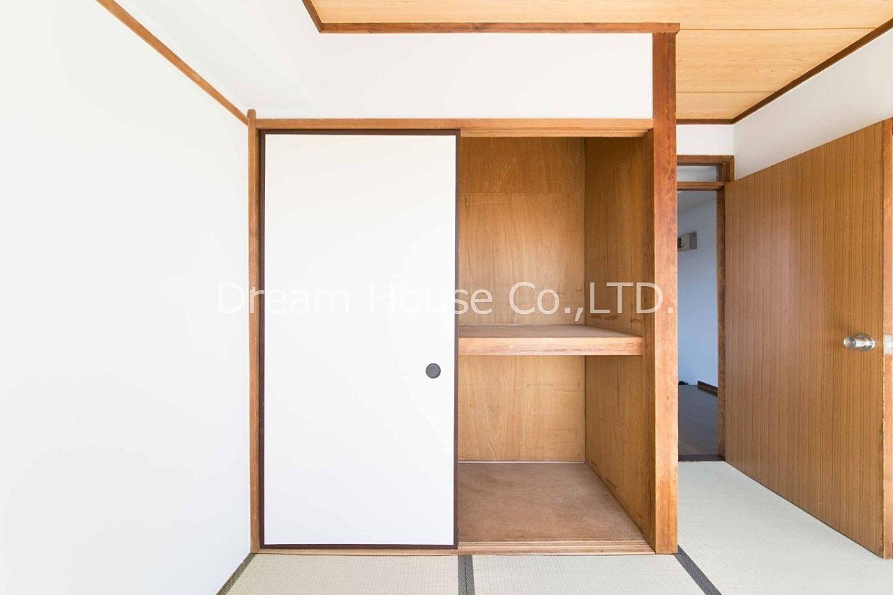 千石メーゾンの和室には大型収納の押入れが備え付けられています。