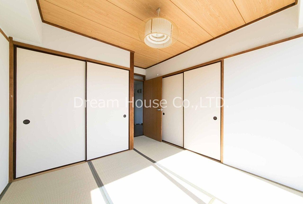 千石メーゾン403号室の和室収納。大型の押入れで荷物が多くても収まります。千石駅エリア賃貸で2dk家賃81,000円です。